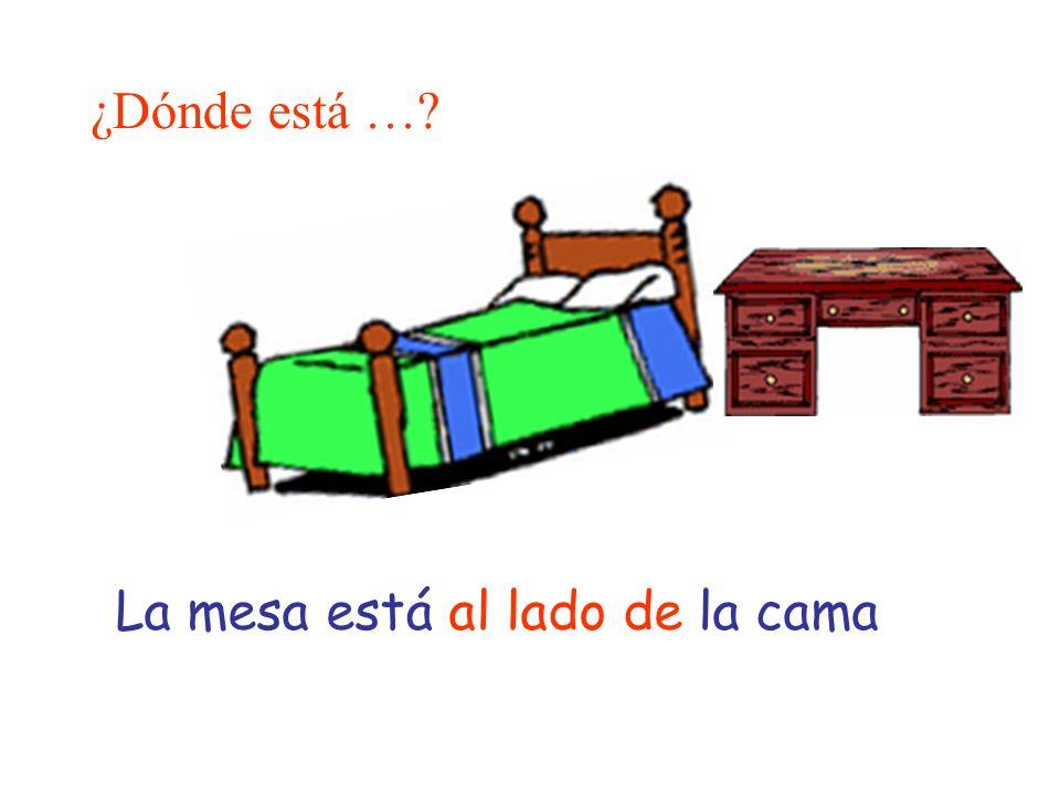 ¿Dónde está … La mesa está al lado de la cama