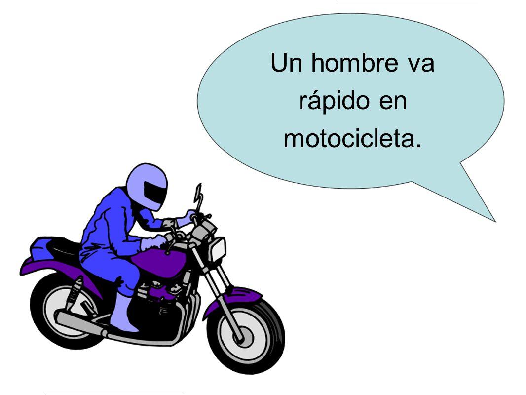 Un hombre va rápido en motocicleta.