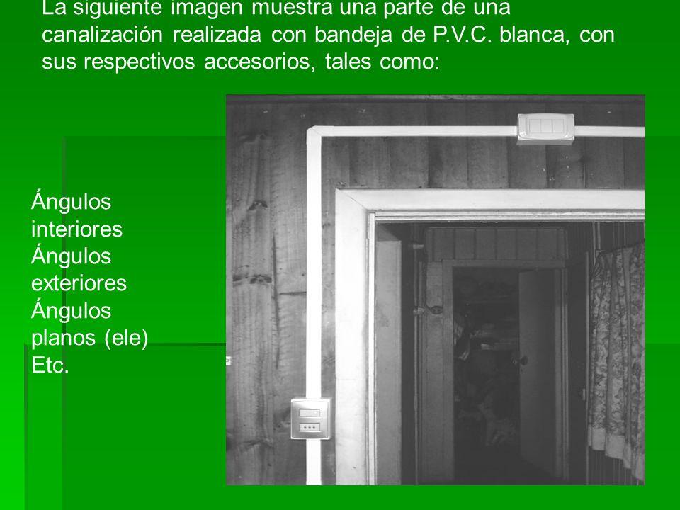 La siguiente imagen muestra una parte de una canalización realizada con bandeja de P.V.C. blanca, con sus respectivos accesorios, tales como:
