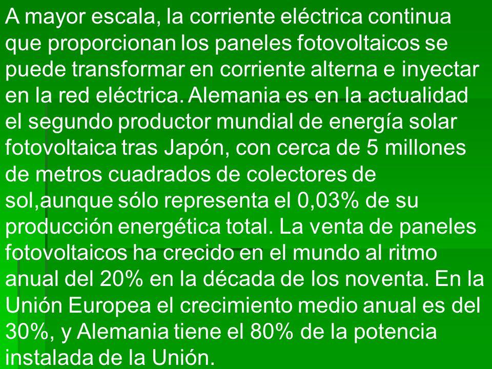 A mayor escala, la corriente eléctrica continua que proporcionan los paneles fotovoltaicos se