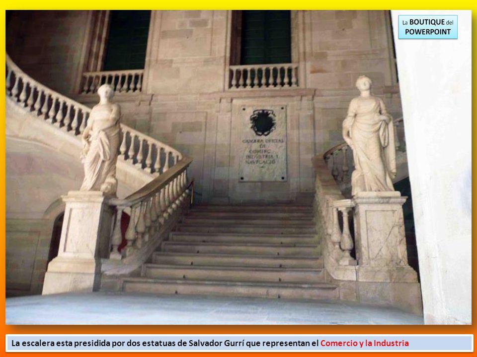 La escalera esta presidida por dos estatuas de Salvador Gurrí que representan el Comercio y la Industria