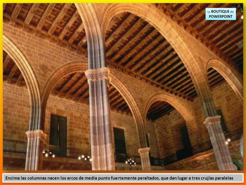 Encima las columnas nacen los arcos de media punto fuertemente peraltados, que dan lugar a tres crujías paralelas