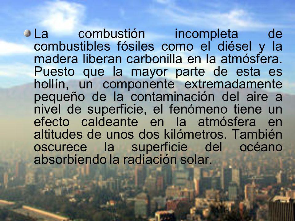 La combustión incompleta de combustibles fósiles como el diésel y la madera liberan carbonilla en la atmósfera.