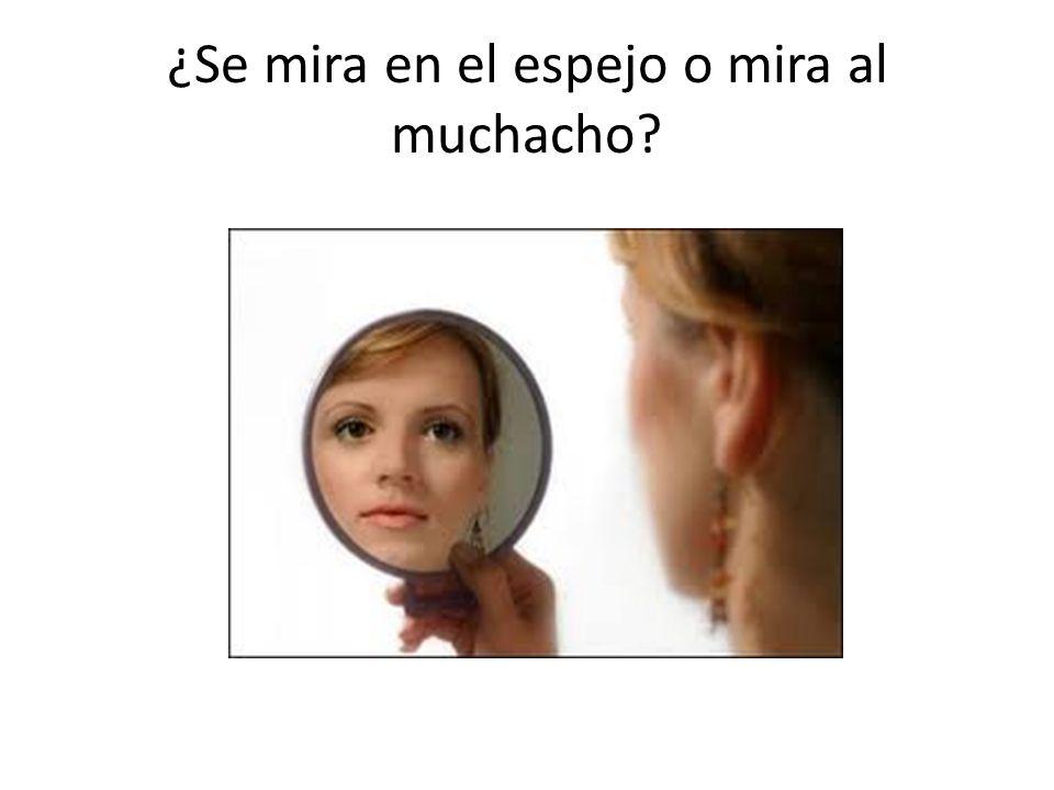 ¿Se mira en el espejo o mira al muchacho