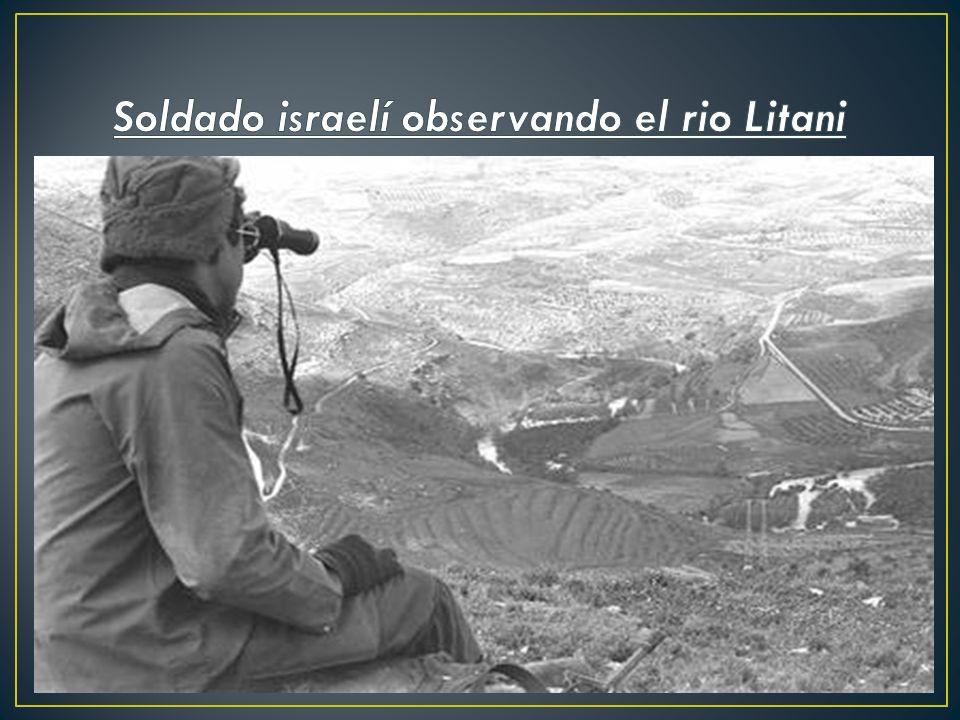 Soldado israelí observando el rio Litani