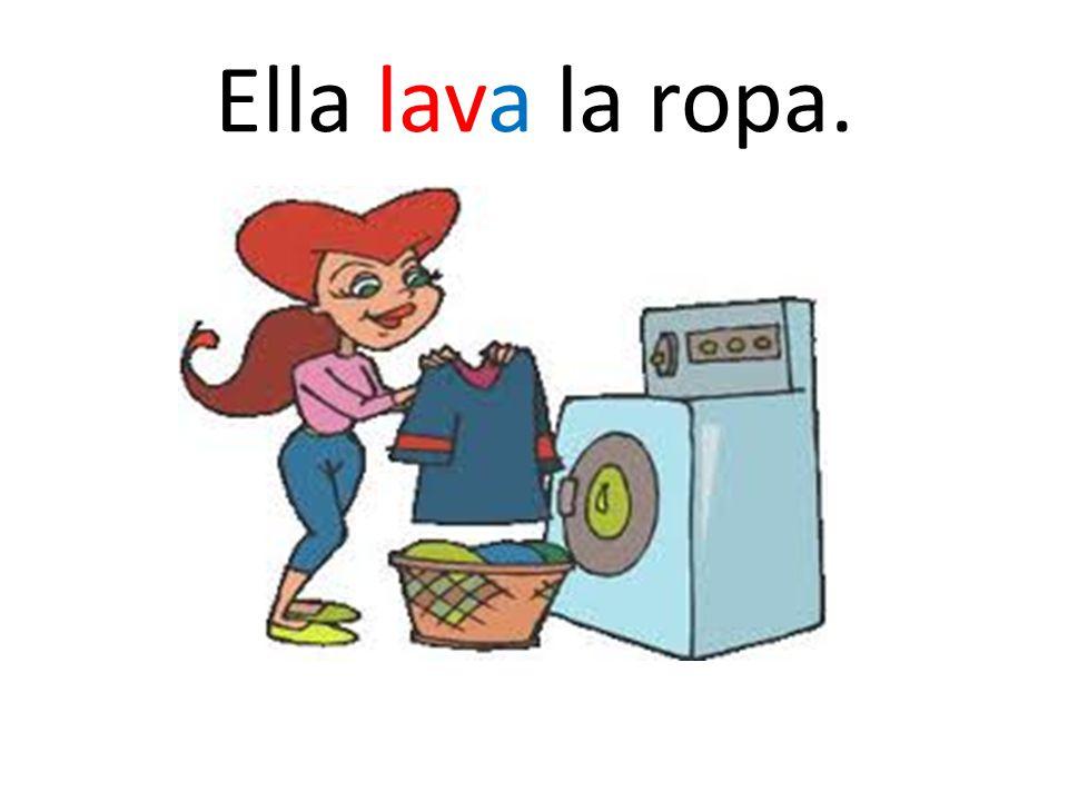Ella lava la ropa.