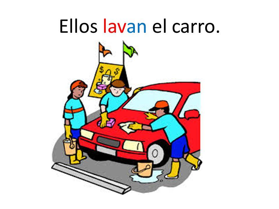 Ellos lavan el carro.
