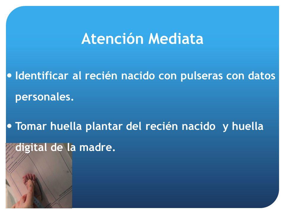 Atención Mediata Identificar al recién nacido con pulseras con datos personales.