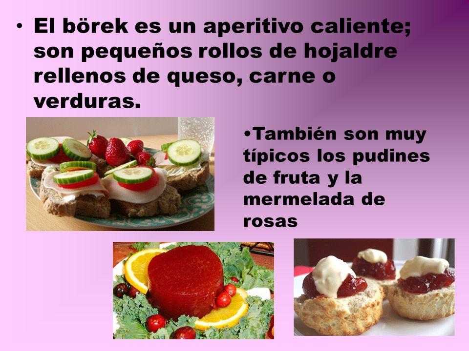 El börek es un aperitivo caliente; son pequeños rollos de hojaldre rellenos de queso, carne o verduras.