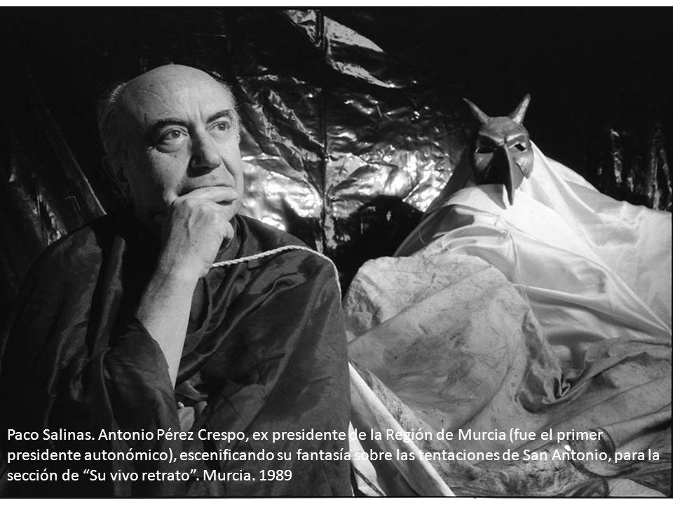 Paco Salinas. Antonio Pérez Crespo, ex presidente de la Región de Murcia (fue el primer presidente autonómico), escenificando su fantasía sobre las tentaciones de San Antonio, para la sección de Su vivo retrato . Murcia. 1989