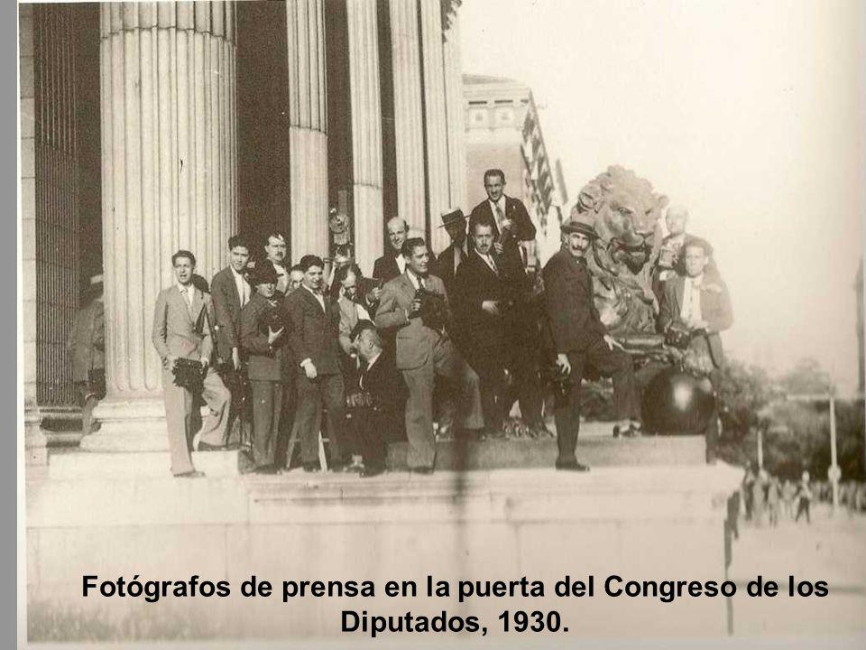 Fotógrafos de prensa en la puerta del Congreso de los Diputados, 1930.