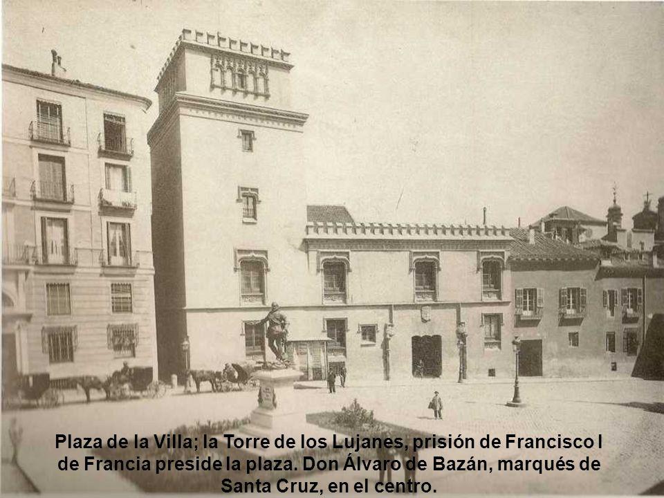 Plaza de la Villa; la Torre de los Lujanes, prisión de Francisco I de Francia preside la plaza.