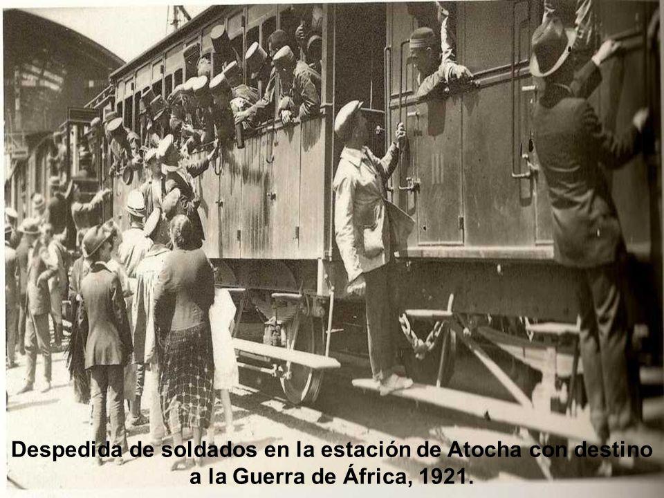 Despedida de soldados en la estación de Atocha con destino a la Guerra de África, 1921.