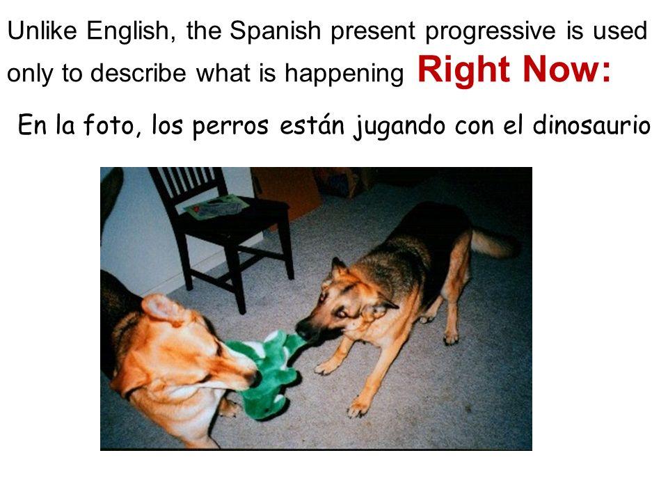En la foto, los perros están jugando con el dinosaurio