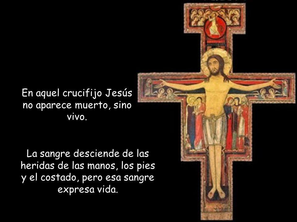 En aquel crucifijo Jesús no aparece muerto, sino vivo.