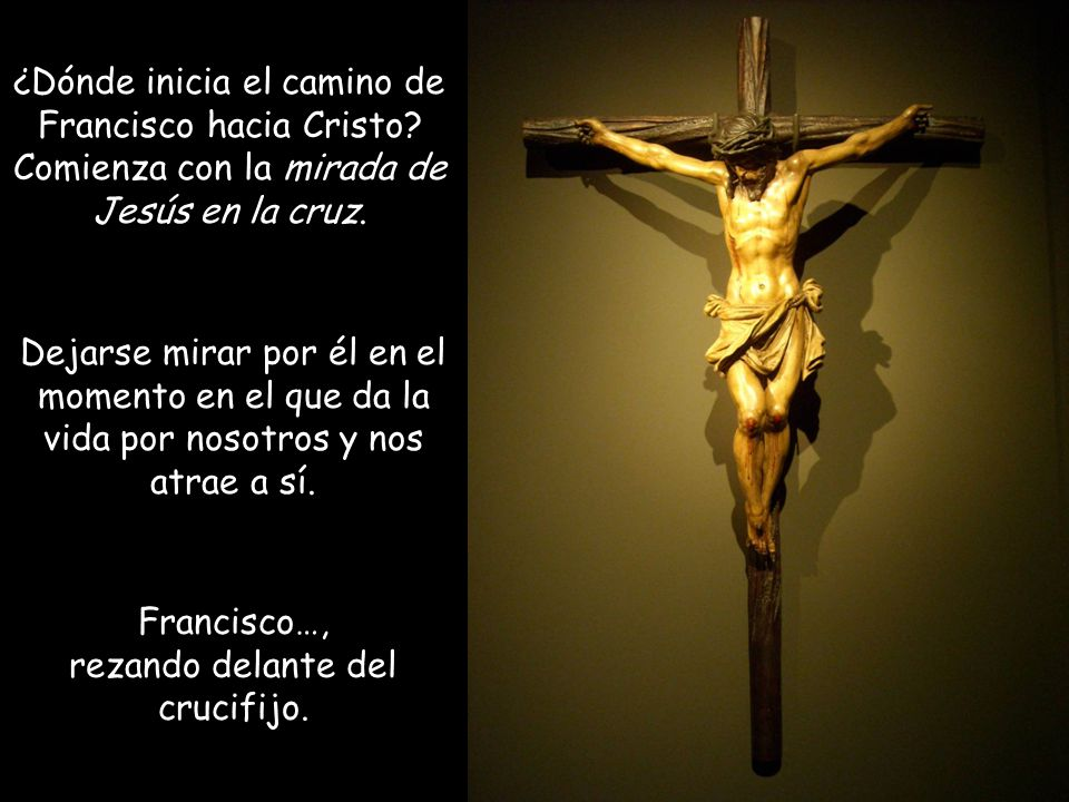 Francisco…, rezando delante del crucifijo.