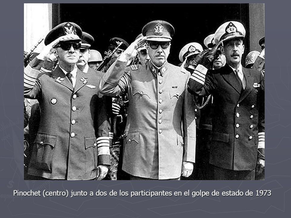 Pinochet (centro) junto a dos de los participantes en el golpe de estado de 1973
