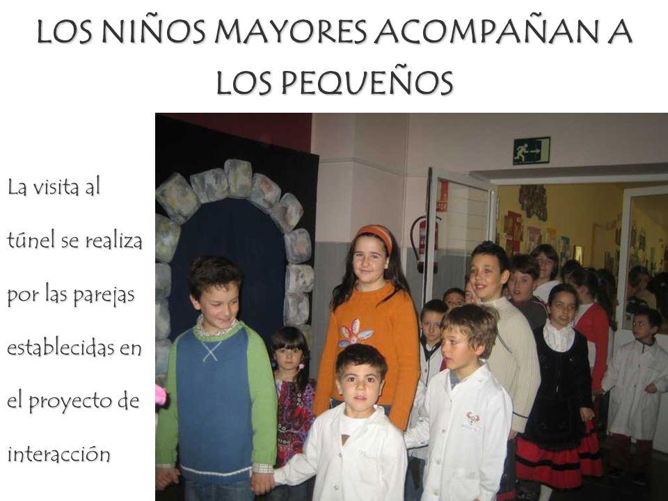 LOS NIÑOS MAYORES ACOMPAÑAN A LOS PEQUEÑOS