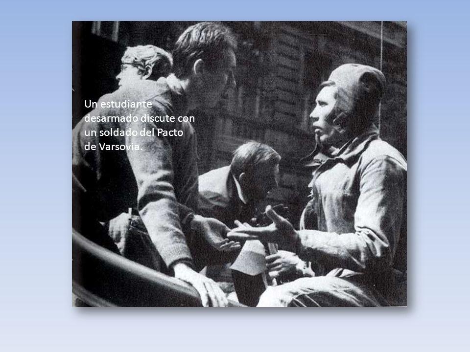 Un estudiante desarmado discute con un soldado del Pacto de Varsovia.