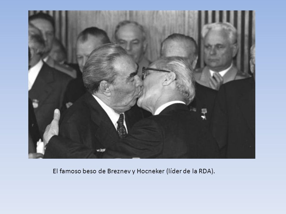 El famoso beso de Breznev y Hocneker (líder de la RDA).