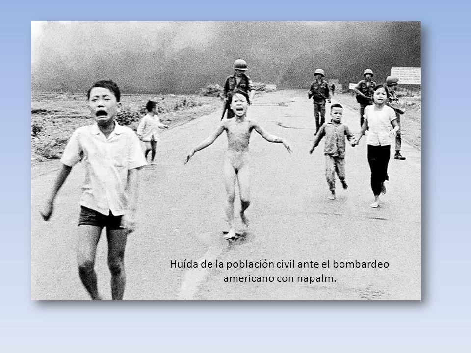 Huída de la población civil ante el bombardeo americano con napalm.