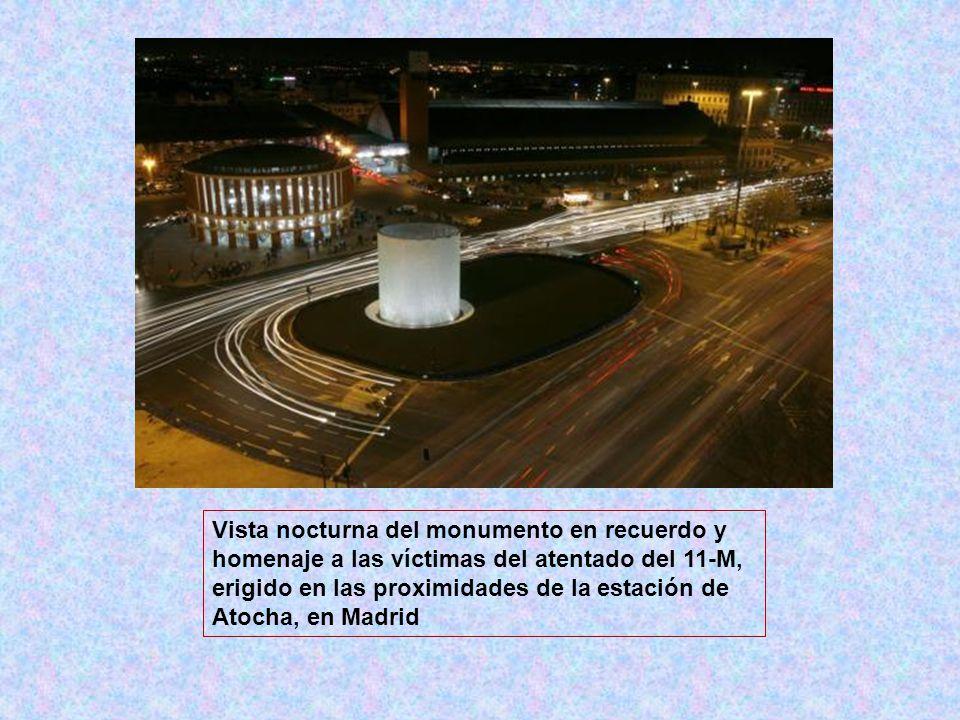 Vista nocturna del monumento en recuerdo y homenaje a las víctimas del atentado del 11-M, erigido en las proximidades de la estación de Atocha, en Madrid