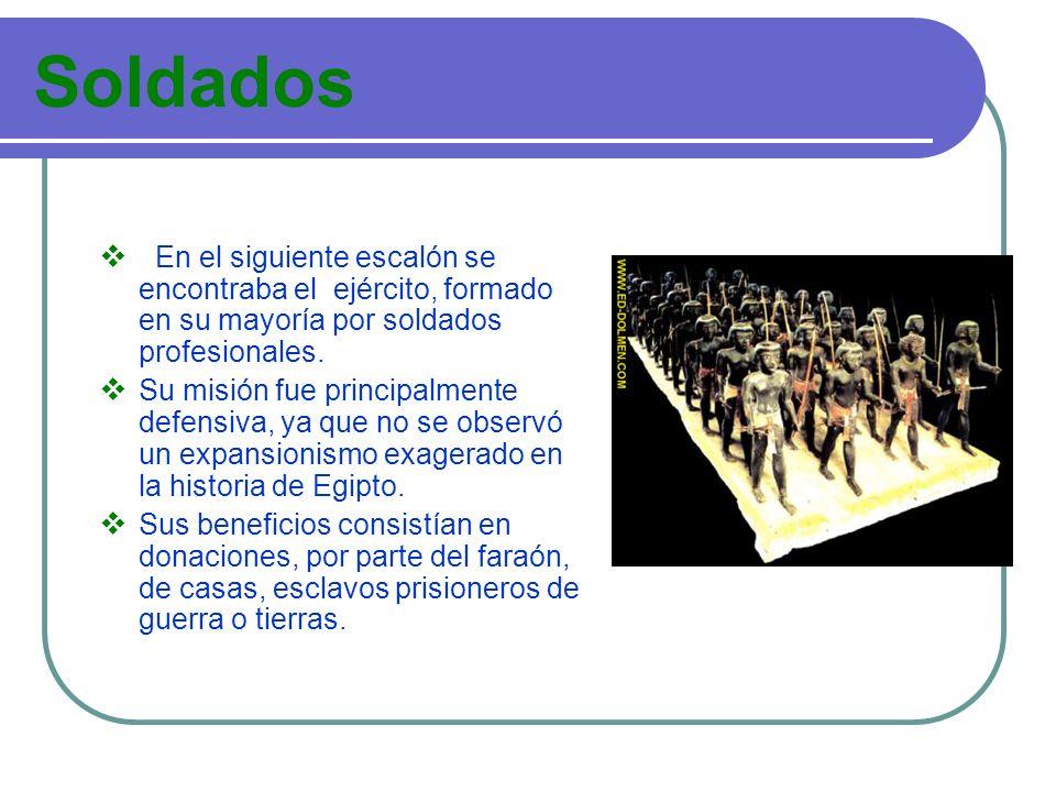 Soldados En el siguiente escalón se encontraba el ejército, formado en su mayoría por soldados profesionales.
