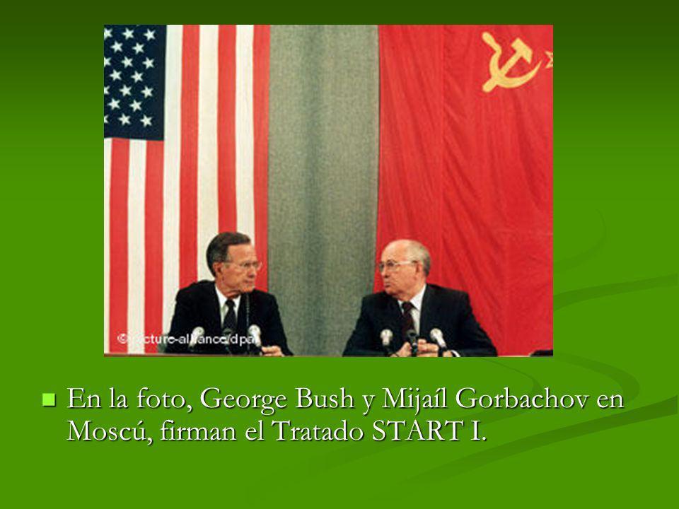 En la foto, George Bush y Mijaíl Gorbachov en Moscú, firman el Tratado START I.