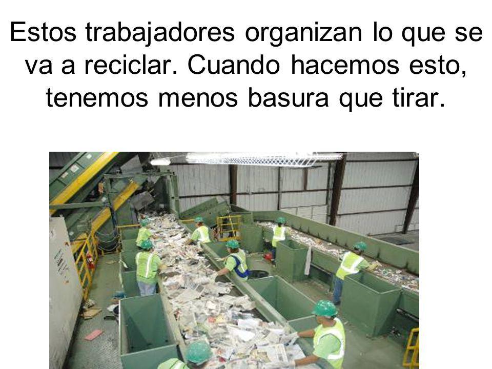 Estos trabajadores organizan lo que se va a reciclar