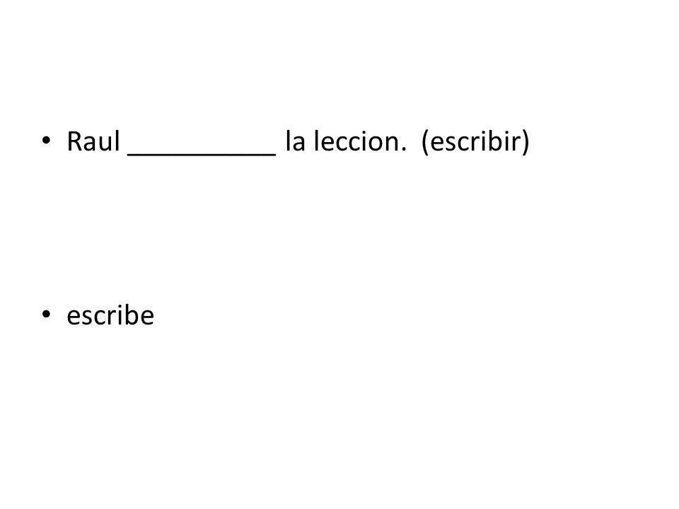 Raul __________ la leccion. (escribir)
