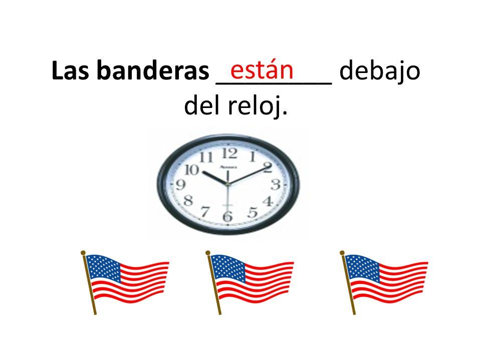 Las banderas ________ debajo del reloj.