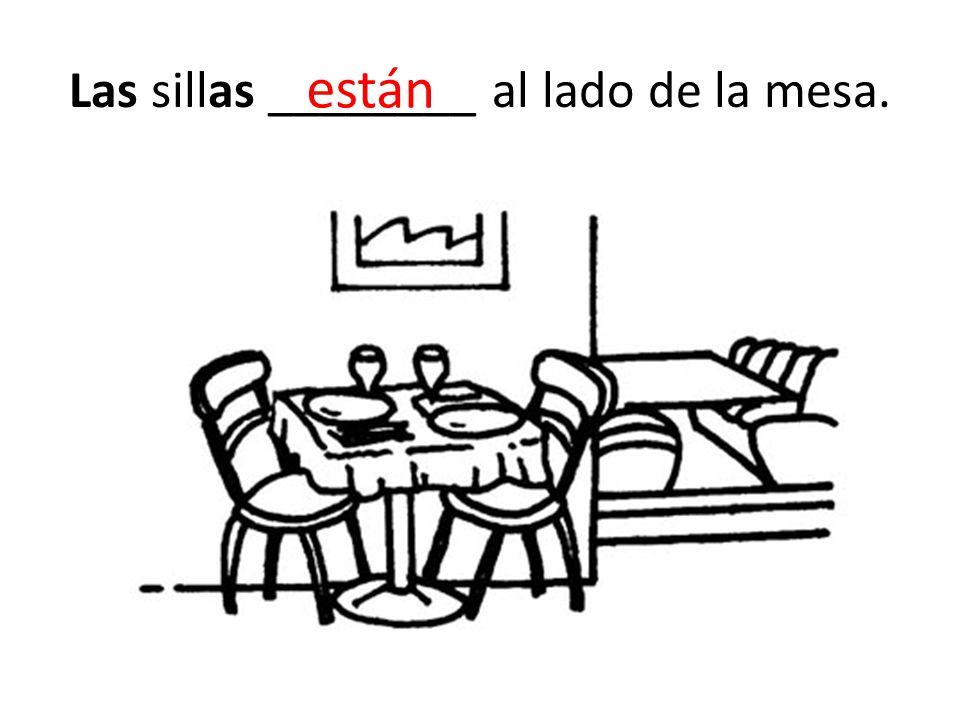 Las sillas ________ al lado de la mesa.