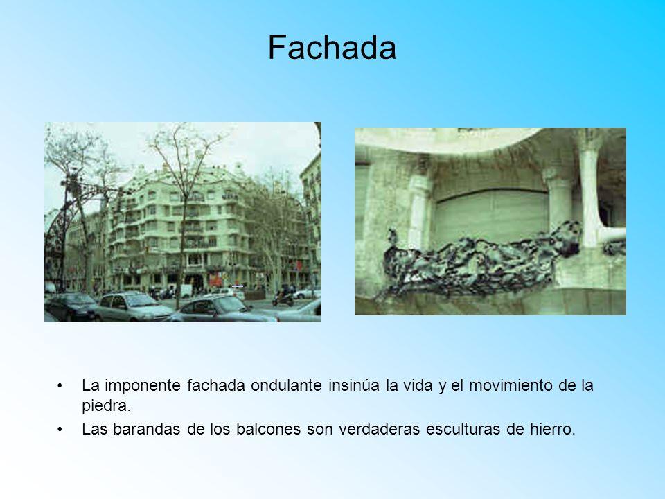 Fachada La imponente fachada ondulante insinúa la vida y el movimiento de la piedra.