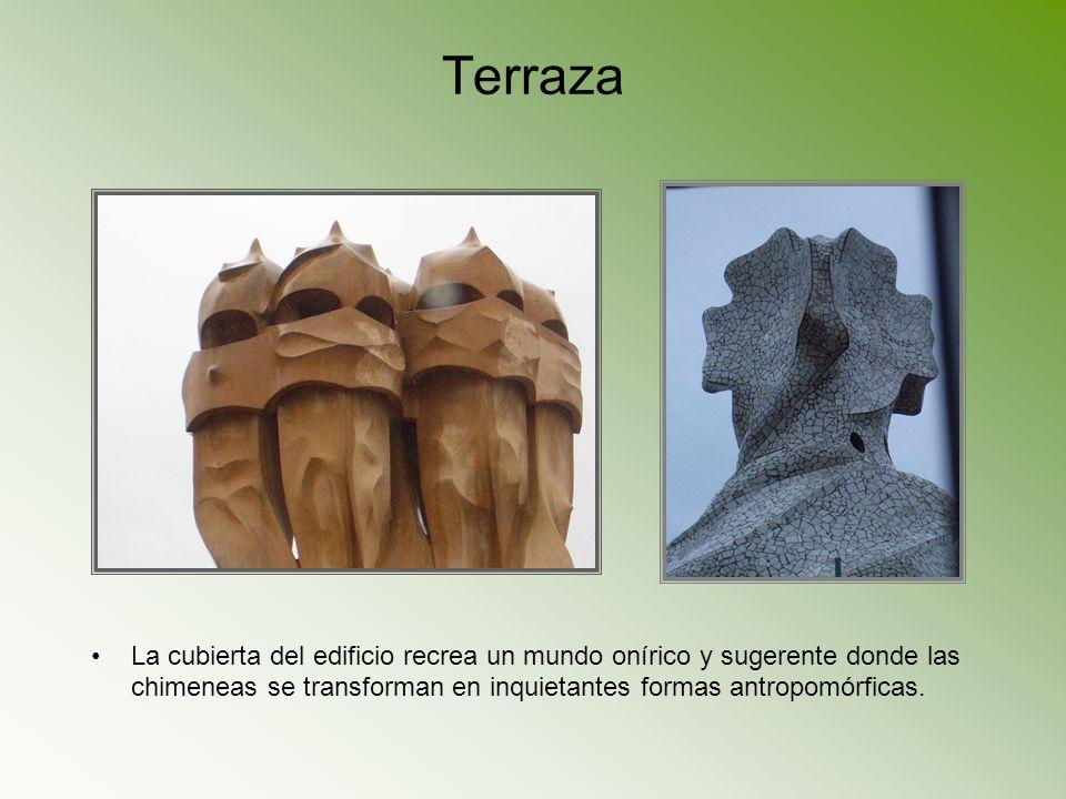 TerrazaLa cubierta del edificio recrea un mundo onírico y sugerente donde las chimeneas se transforman en inquietantes formas antropomórficas.