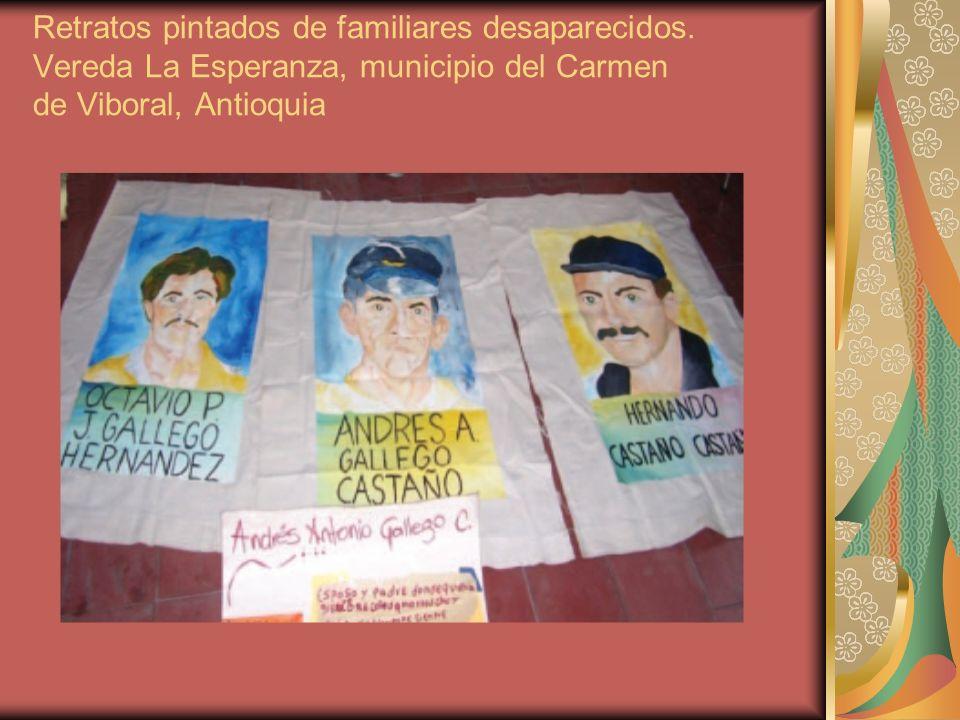 Retratos pintados de familiares desaparecidos