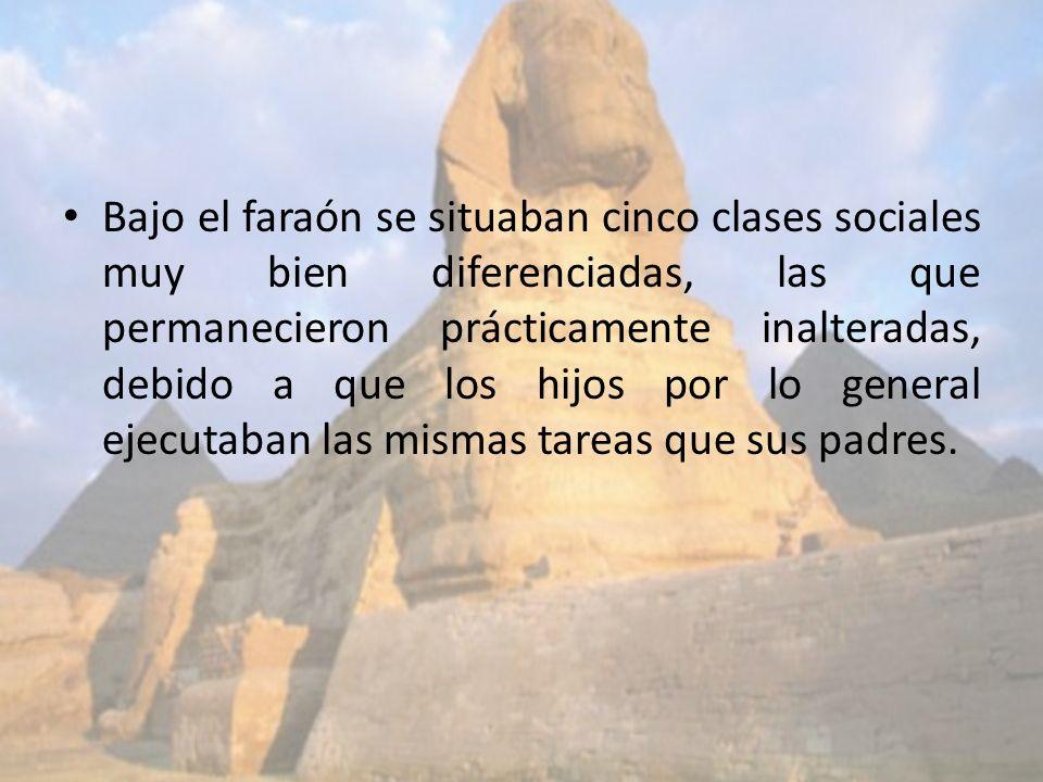 Bajo el faraón se situaban cinco clases sociales muy bien diferenciadas, las que permanecieron prácticamente inalteradas, debido a que los hijos por lo general ejecutaban las mismas tareas que sus padres.