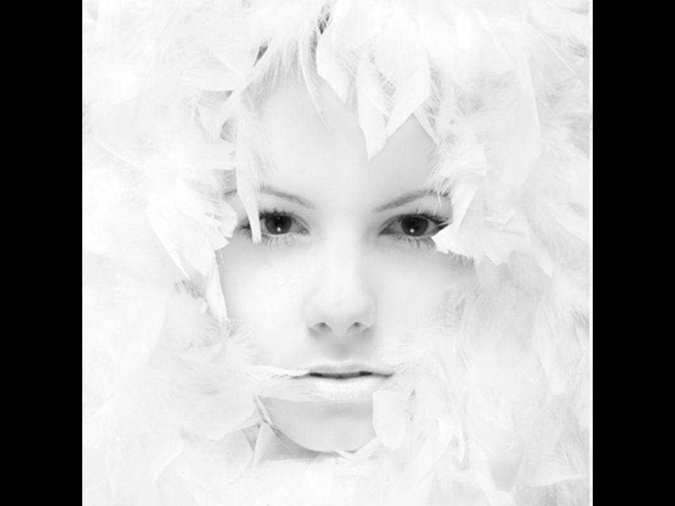 Muchos os habéis encontrado alguna vez con un tipo de fotografías muy iluminadas, con predominio del color blanco, que parecen excesivamente sobreexpuestas pero cuyo resultado final es muy interesante. En otras modalidades artísticas, se suele denominar clave tonal, y no es otra cosa que clasificar los tonos de las imágenes (escala tonal) en claros, intermedios y oscuros.