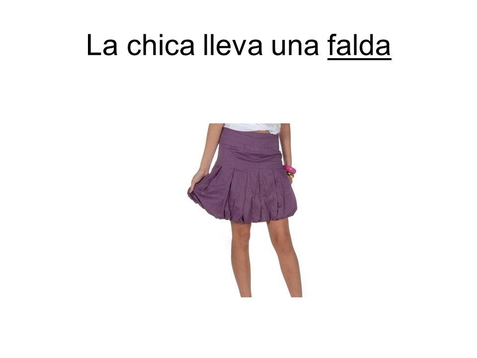 La chica lleva una falda