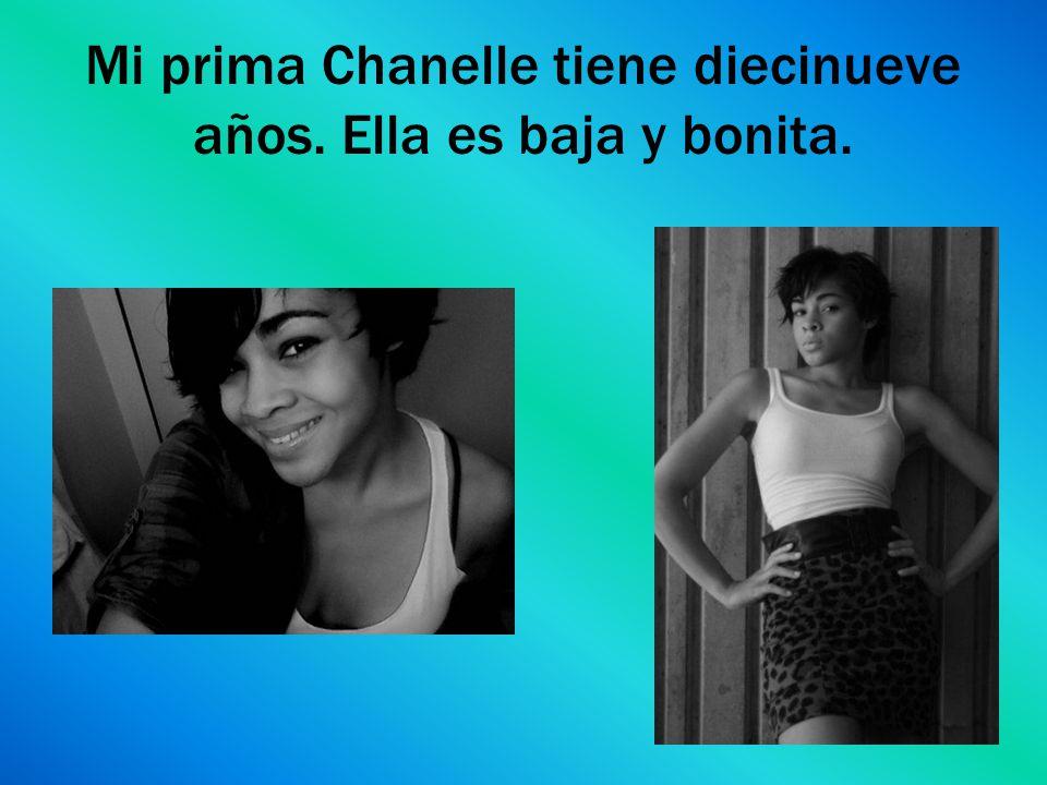 Mi prima Chanelle tiene diecinueve años. Ella es baja y bonita.