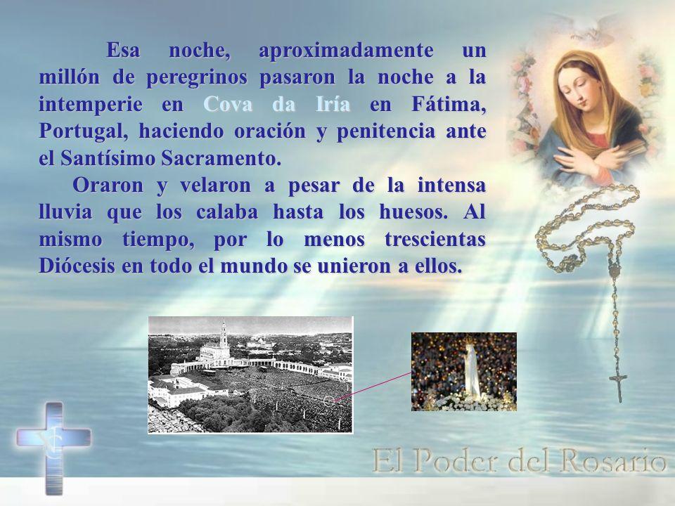 Esa noche, aproximadamente un millón de peregrinos pasaron la noche a la intemperie en Cova da Iría en Fátima, Portugal, haciendo oración y penitencia ante el Santísimo Sacramento.