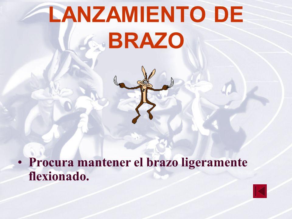 LANZAMIENTO DE BRAZO Procura mantener el brazo ligeramente flexionado.