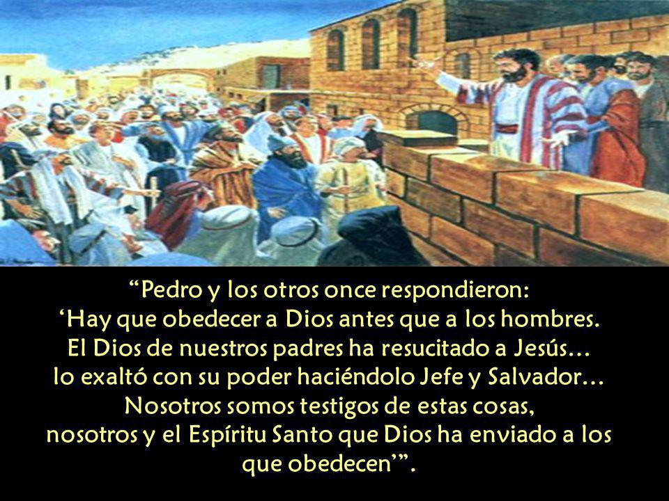 Pedro y los otros once respondieron: 'Hay que obedecer a Dios antes que a los hombres.