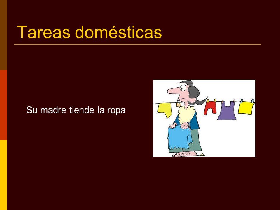 Tareas domésticas Su madre tiende la ropa