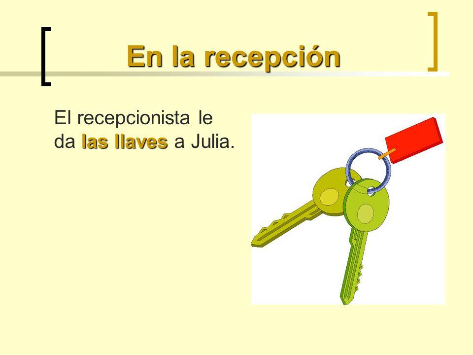 En la recepción El recepcionista le da las llaves a Julia.