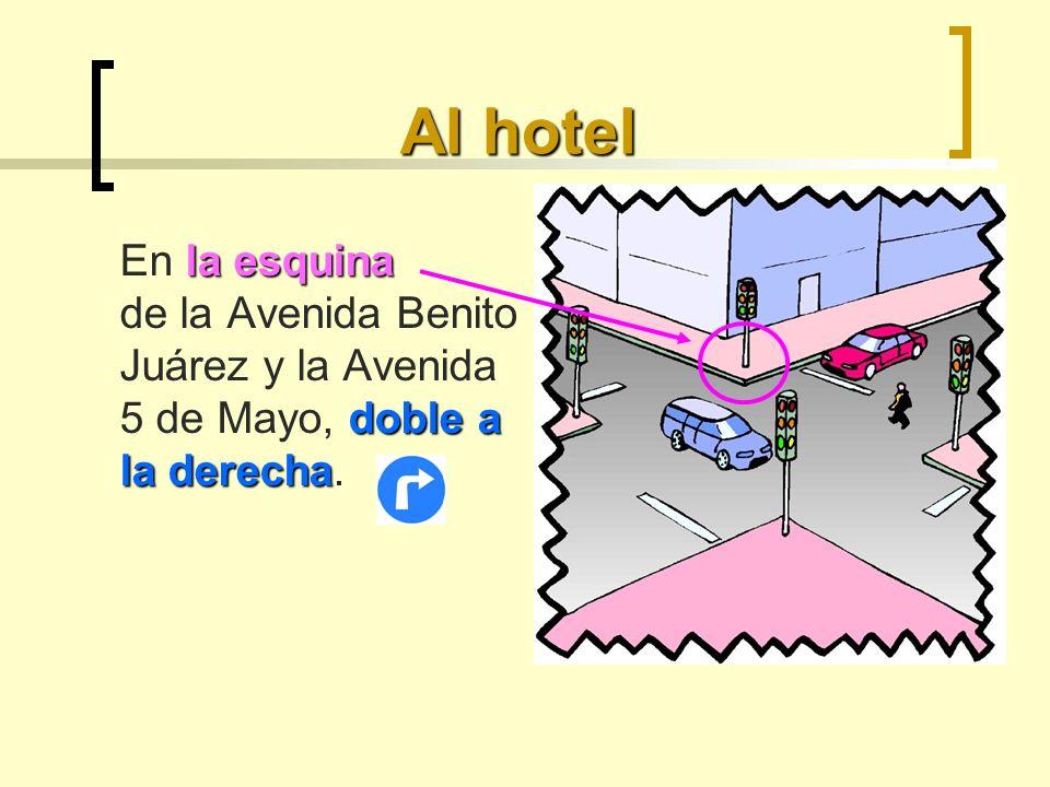 Al hotel En la esquina de la Avenida Benito Juárez y la Avenida 5 de Mayo, doble a la derecha.