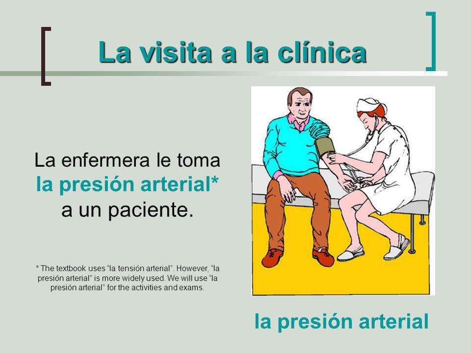 La enfermera le toma la presión arterial* a un paciente.