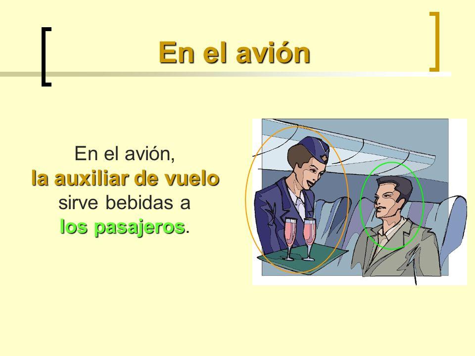 En el avión, la auxiliar de vuelo sirve bebidas a los pasajeros.
