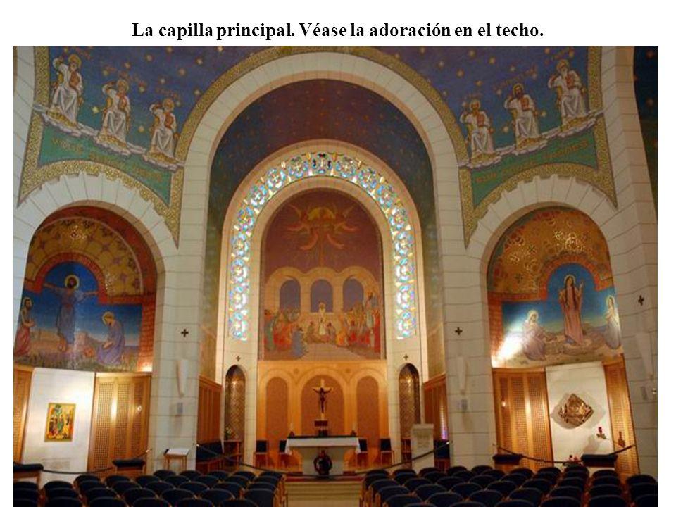La capilla principal. Véase la adoración en el techo.