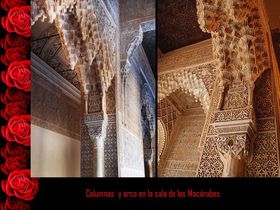 Columnas y arco en la sala de los Mocárabes