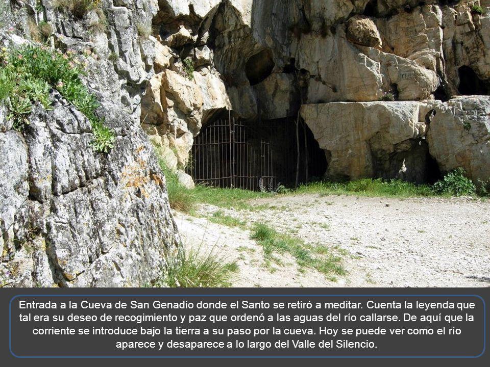 Entrada a la Cueva de San Genadio donde el Santo se retiró a meditar